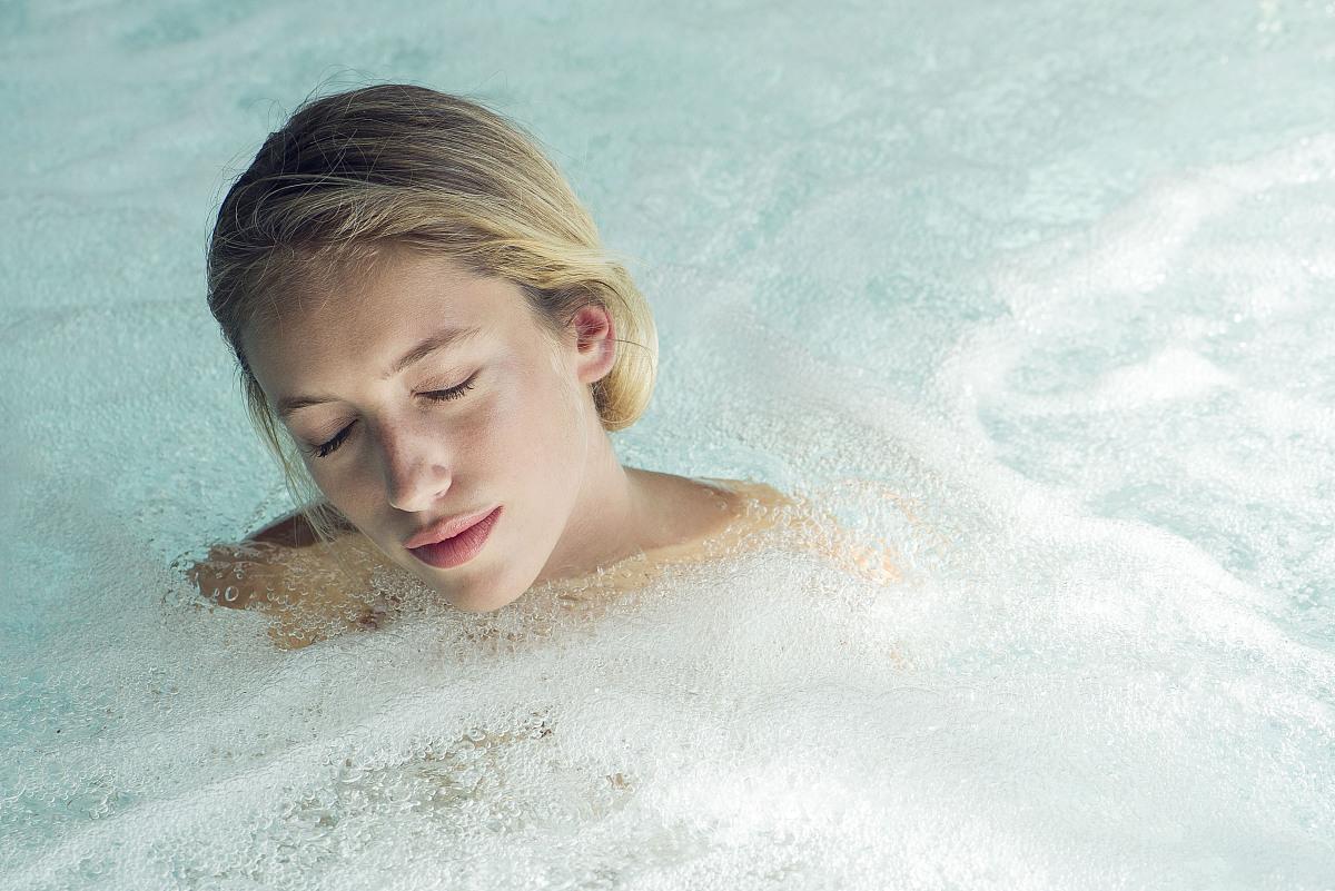 女子泡温泉池图片