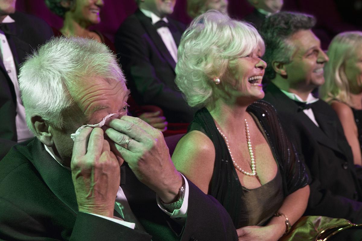 65到69岁,白人,观众,笑,哭,观看,剧院,成年人,老年人,彩色图片,纸巾图片