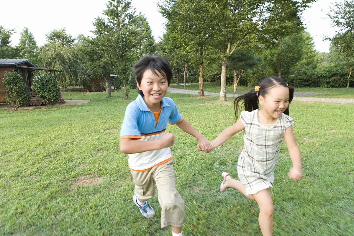 高哥哥妹妹_哥哥和妹妹手拉手一起跑,夏天