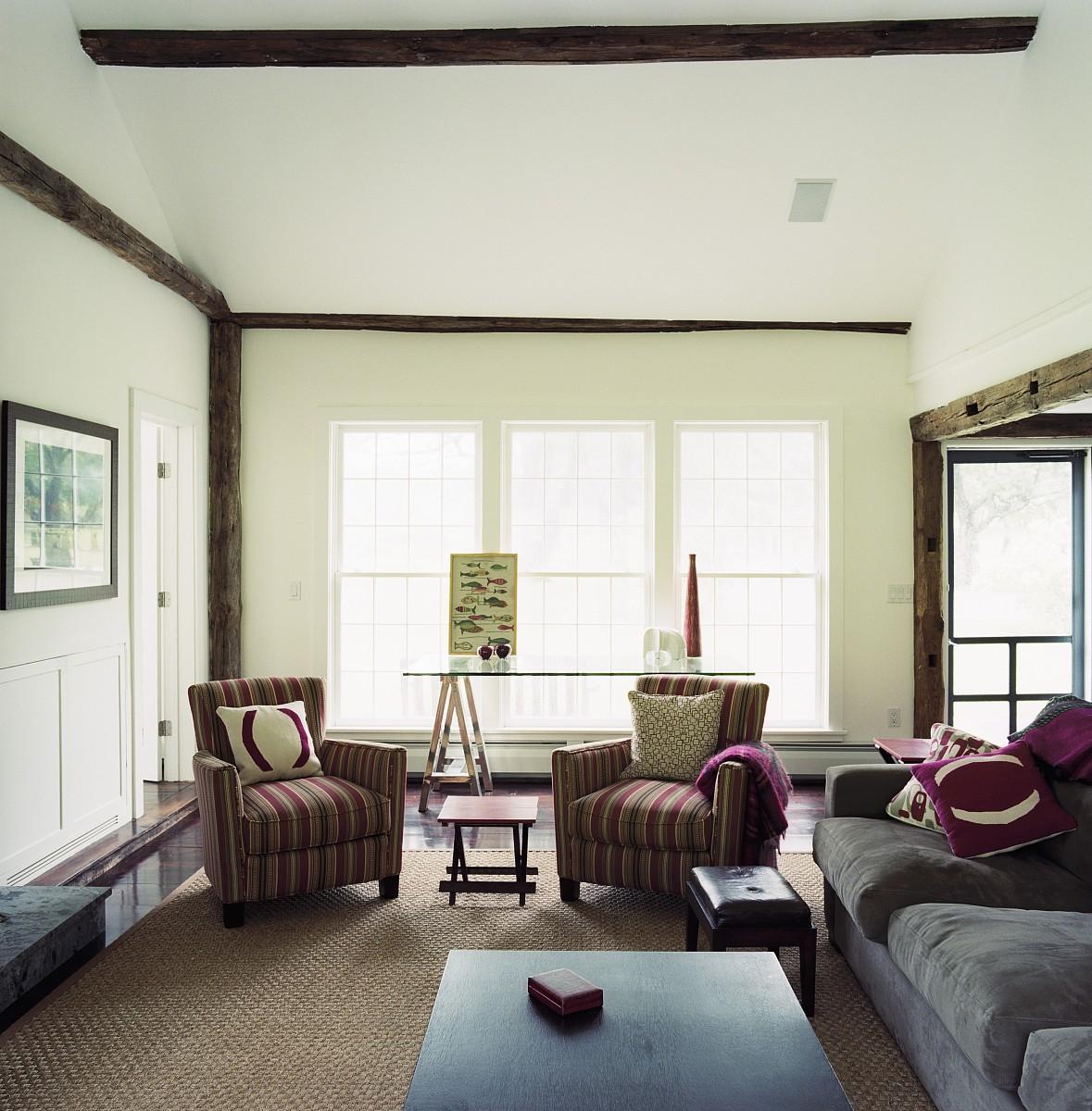 现代客厅装修的老砖木结构房屋与条纹国家的扶手椅图片