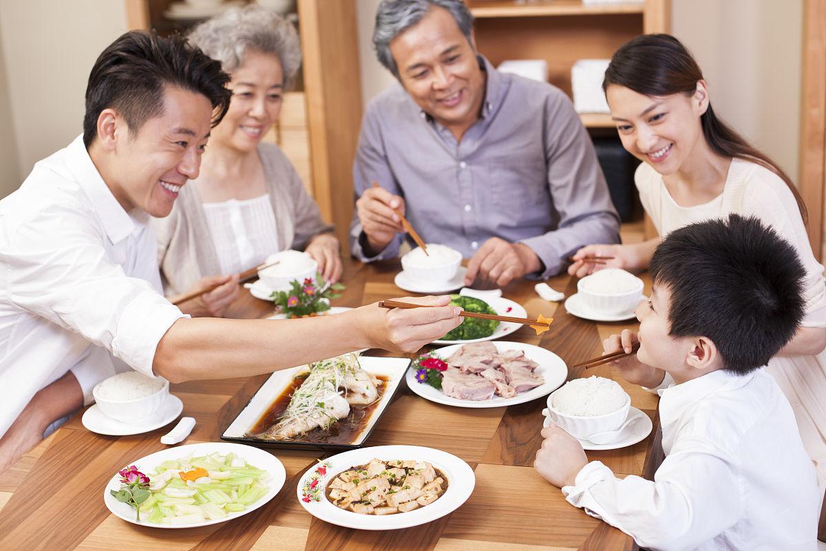 一家人享受快乐用餐时光图片