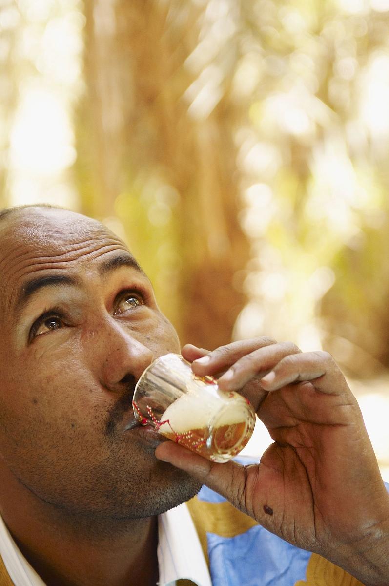 欣盖提人喝茶.阿德拉尔高原,撒哈拉沙漠,毛里塔尼亚图片