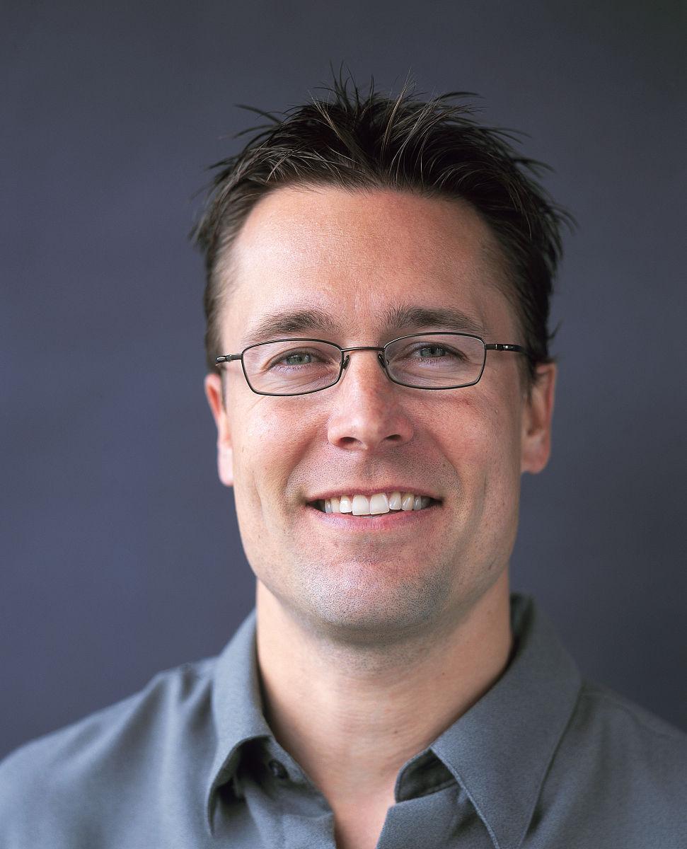 棕色头发,眼部用品,眼镜,彩色背景,白色人种,图像,仅一个中年男人,仅图片