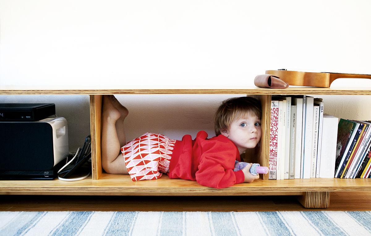 孩子躺在小房间图片