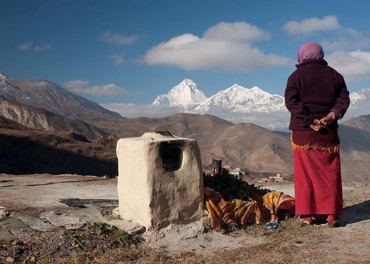 �~��M�_佛教僧侣在道拉吉里峰(8167m)木格蒂纳特,尼泊尔