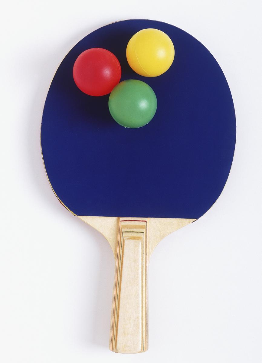 乒乓球拍和三个彩球,从上面看图片