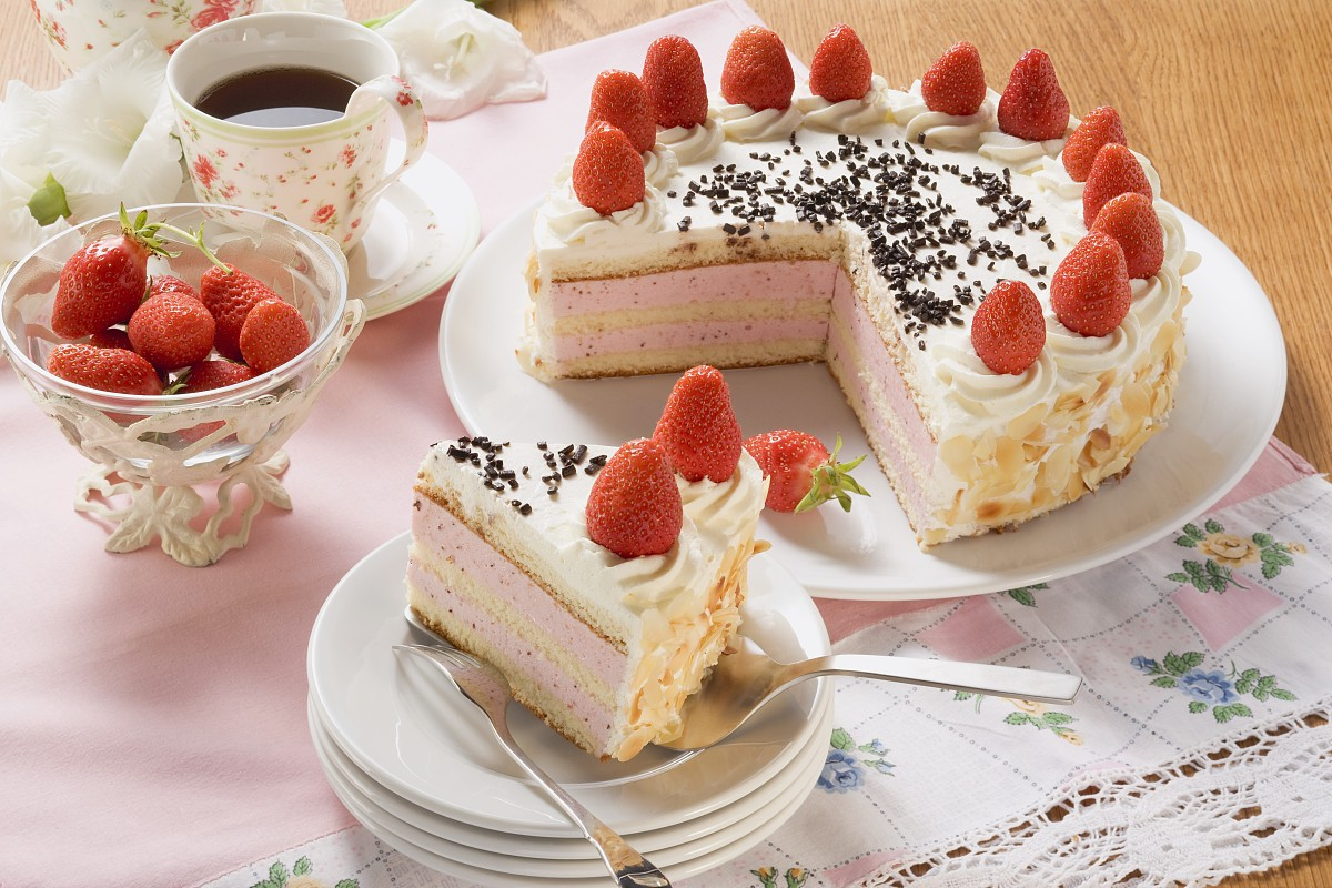 纯奶油蛋糕_草莓奶油蛋糕和杏仁片为咖啡
