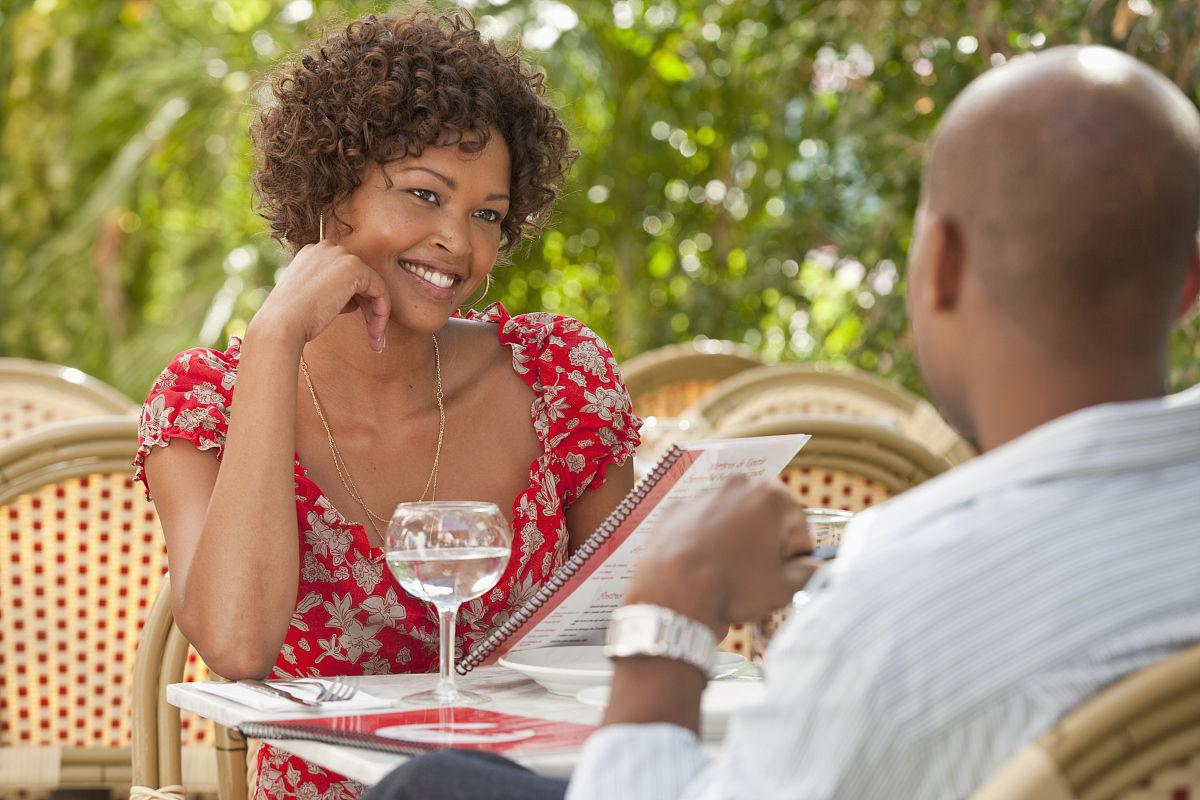 非洲裔美国人在餐馆吃饭图片