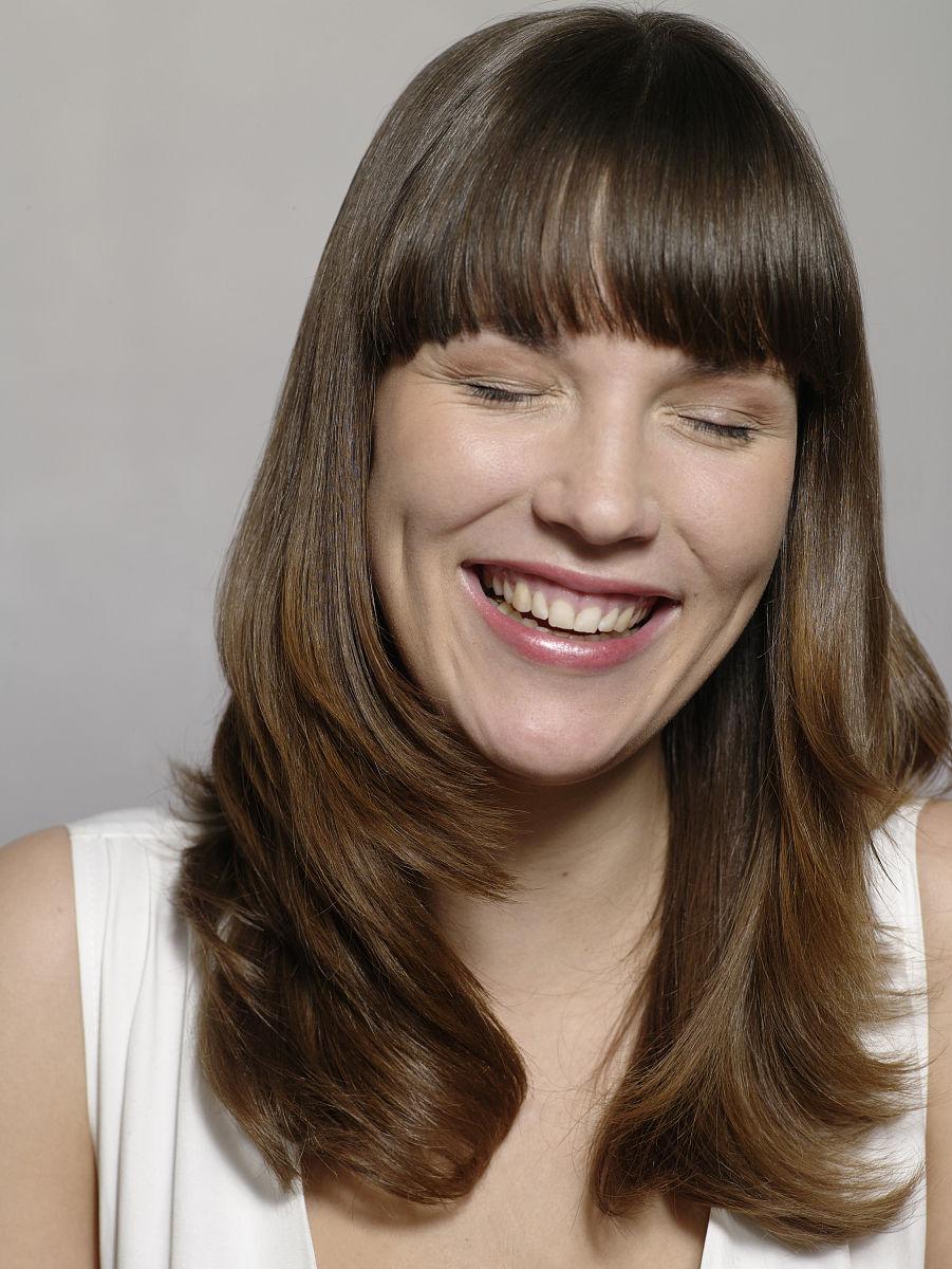 室内,20到24岁,欧洲,正面视角,头和肩膀,快乐,发型,直发,长发,头发图片