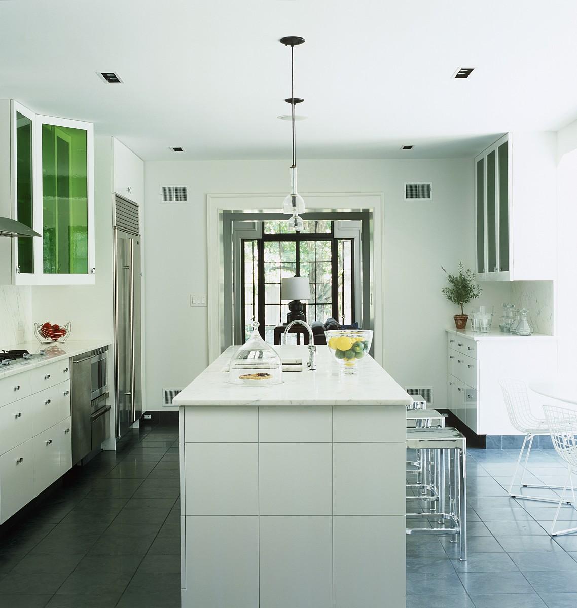 大厨房/餐厅是由一个中央瓦岛点燃吊灯为主图片