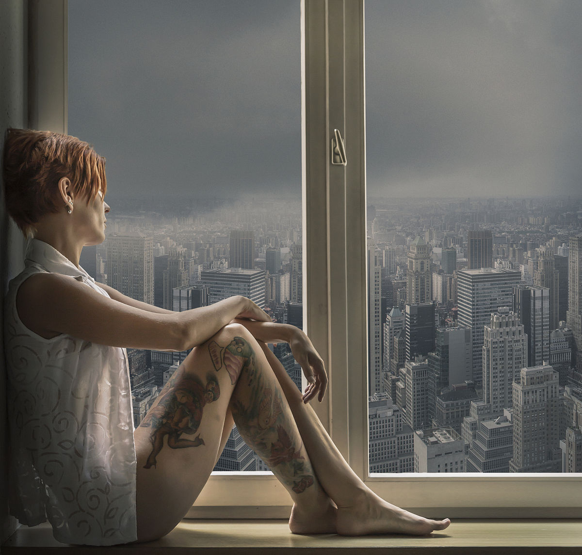 橱窗中成年女性纹身的侧面看图片