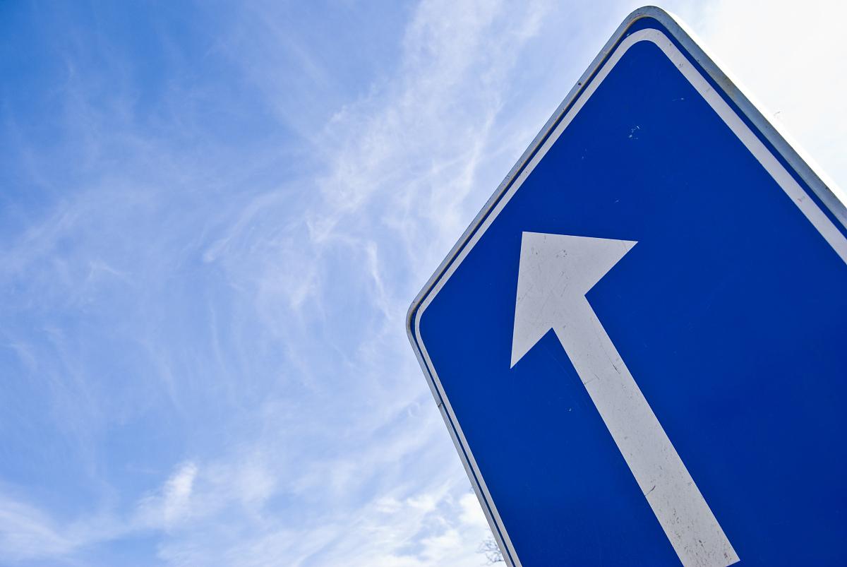 直�yaY�Y��&_蓝色和白色的标志指示直前方