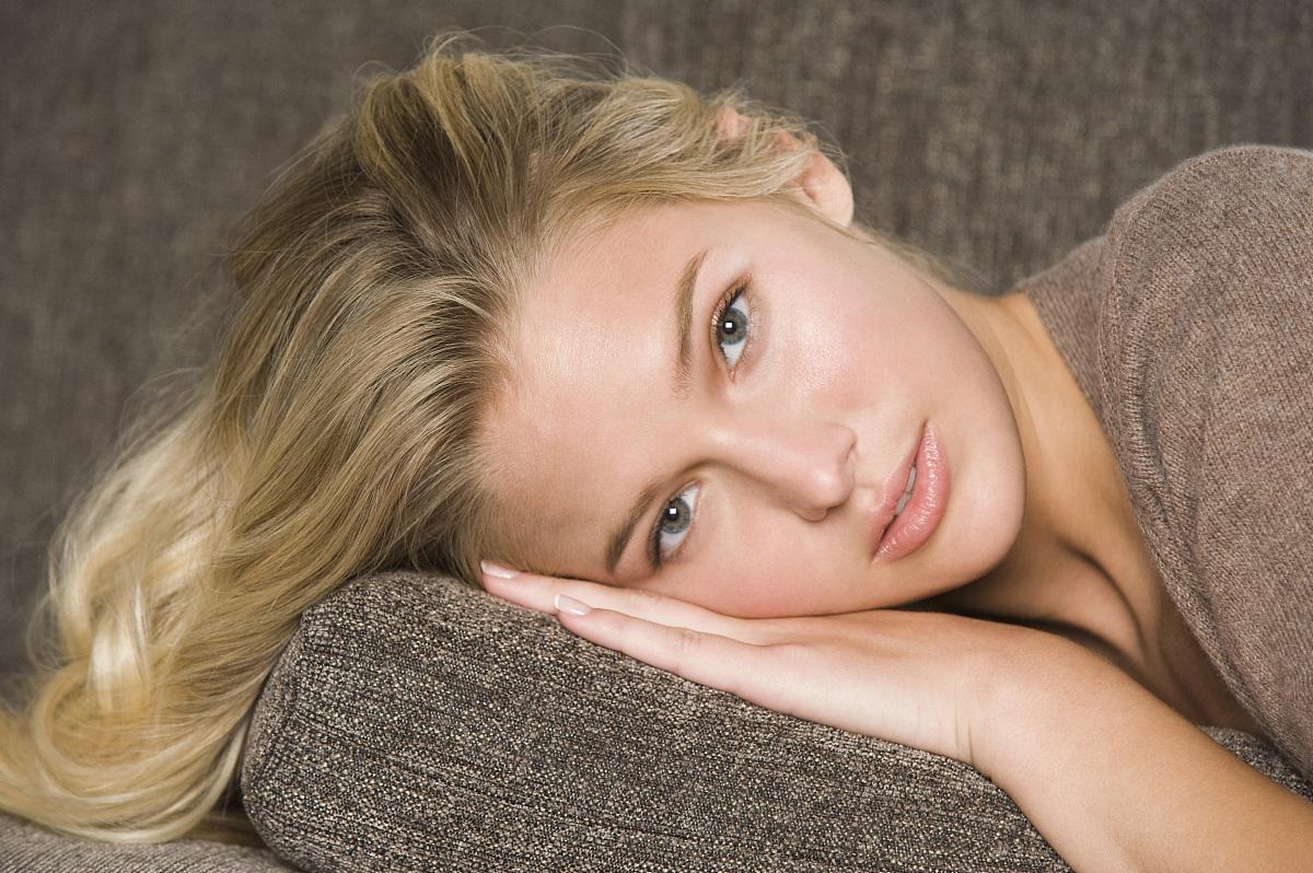 女人�z(�_躺在沙发上的女人的肖像