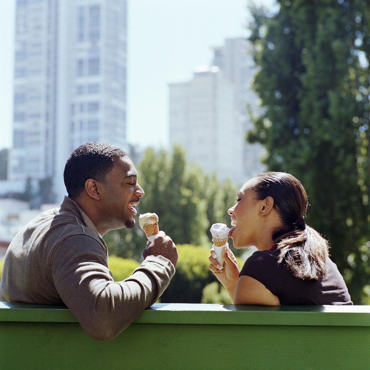 吃,快乐,满意,冰淇淋,冰淇淋蛋卷,坐,中加州,旧金山,黑色人种,非洲人图片