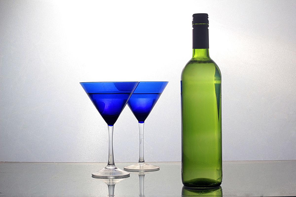 带有�z!�9�9il��'�i-9`�_带有两个蓝色眼镜的酒瓶