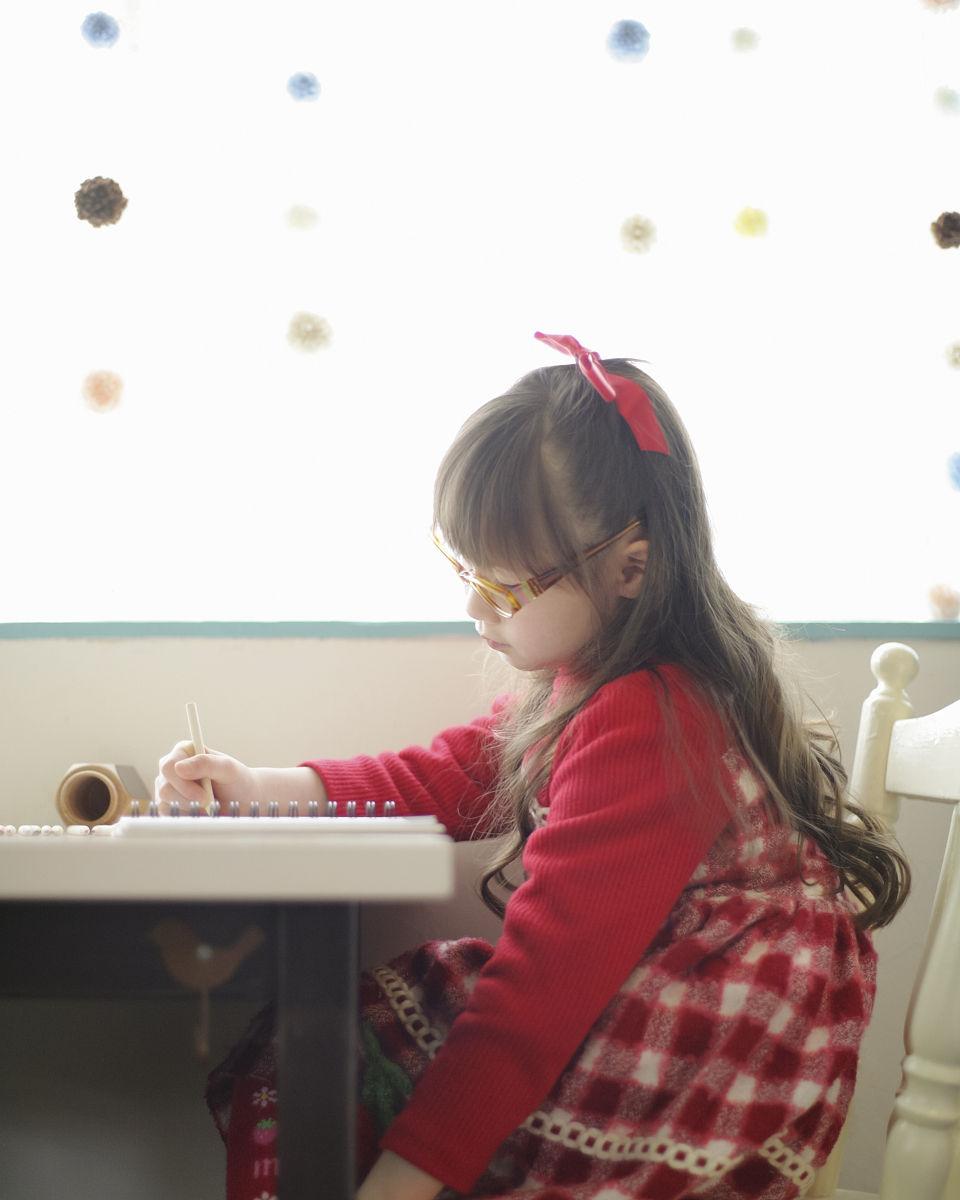 彩色铅笔画女孩图片