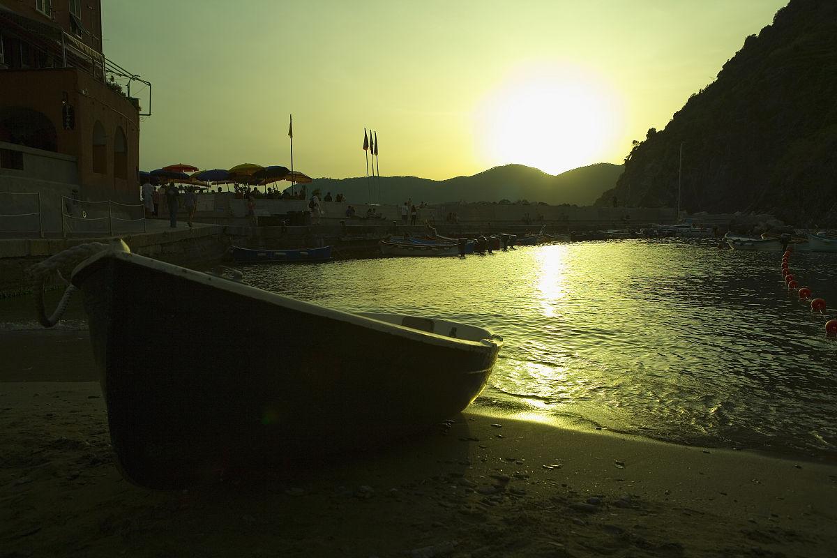 中央五�9il�..��_船在沙滩上黄昏,意大利里维埃拉,五渔村国家公园,il porticciolo