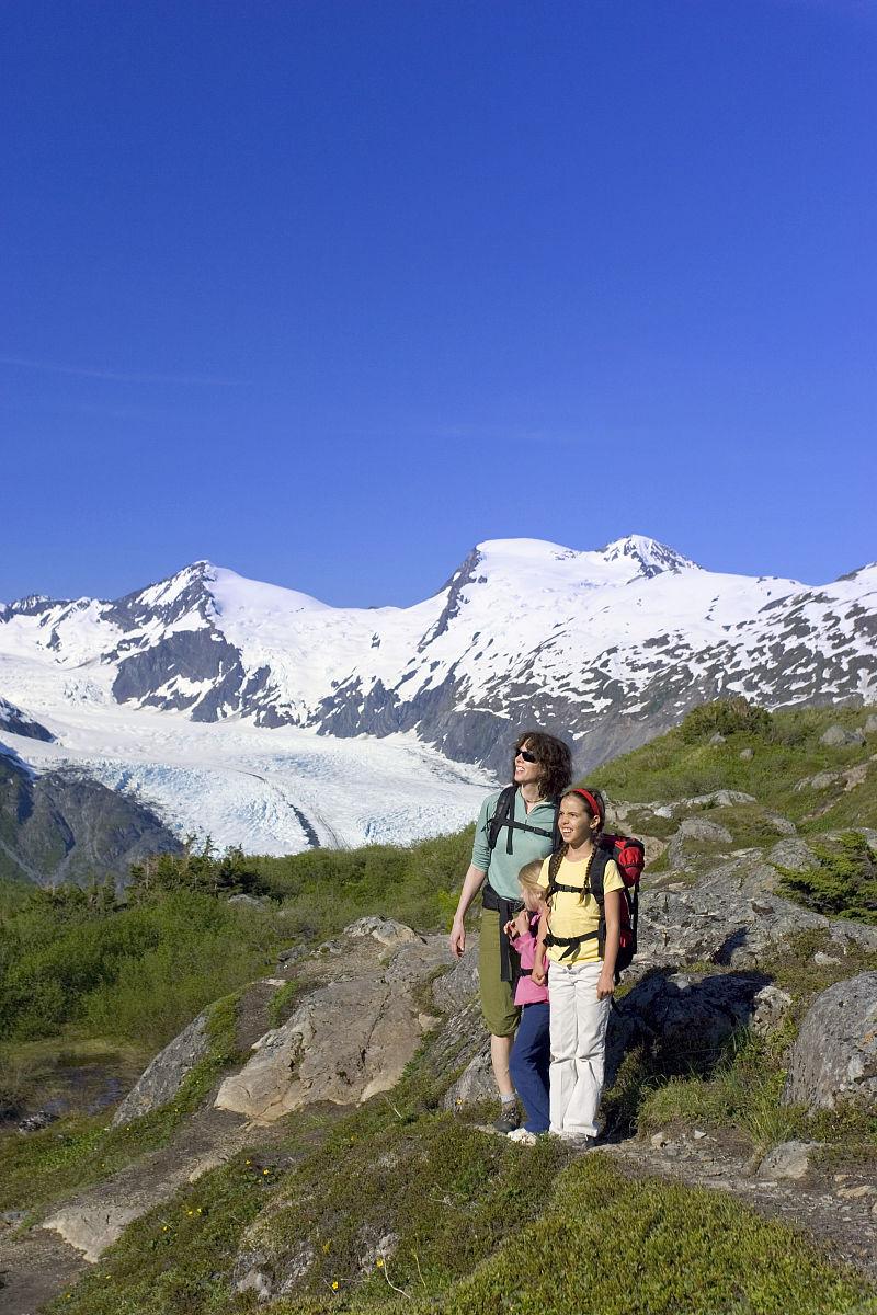 �Nw�Mw�}�����_家庭观看搬运通过峰会w /搬运冰川chugach山脉和森林的阿拉斯加中南部