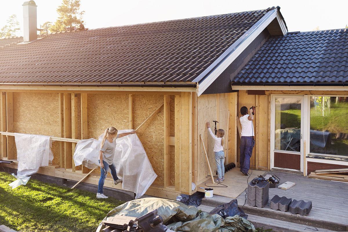 家庭用锤子整修房屋墙壁图片