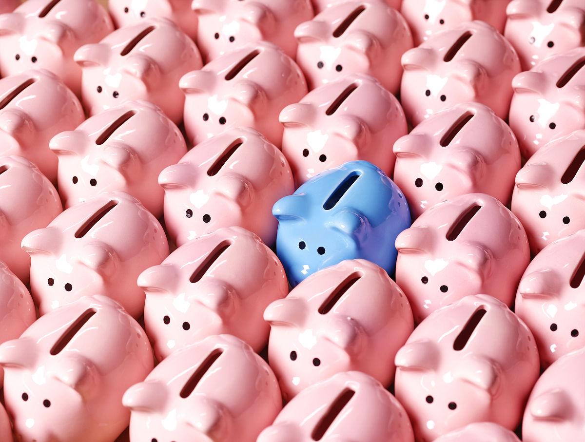 全�9/&��/9.�l#�i�_一个蓝色的存钱罐环绕着粉红色的存钱罐,升高的视野(全画幅)