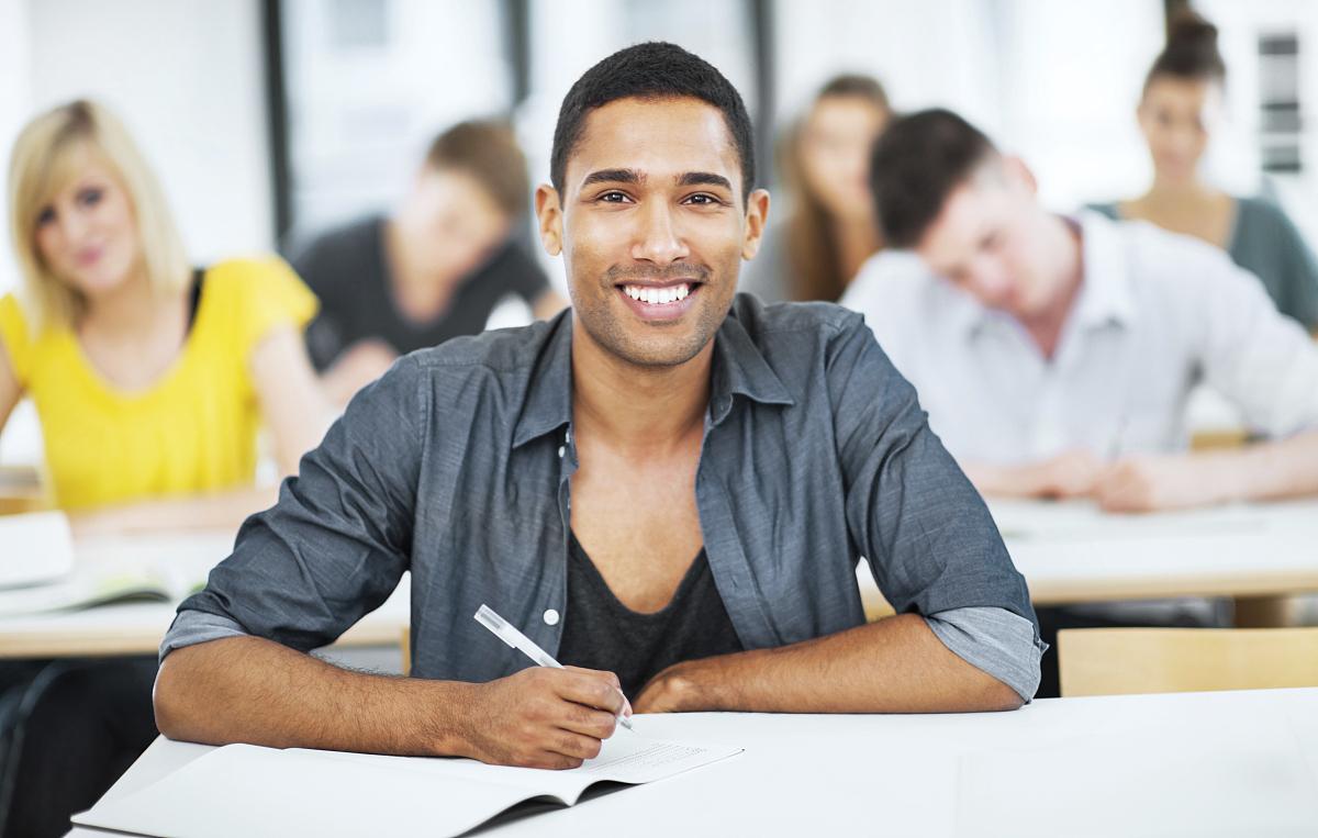 美国人���.��l_学生在课堂上写作.