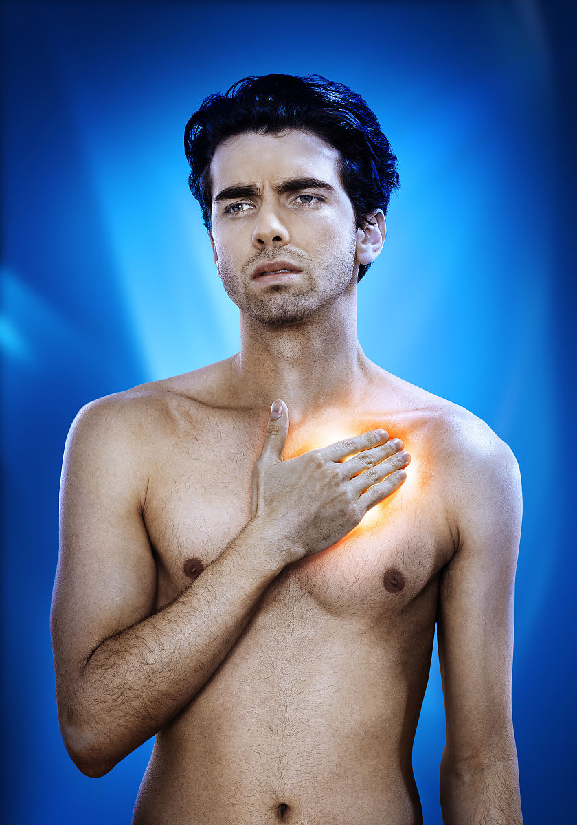黄色裸体人体下体bb_男子胸痛,红色和黄色发光
