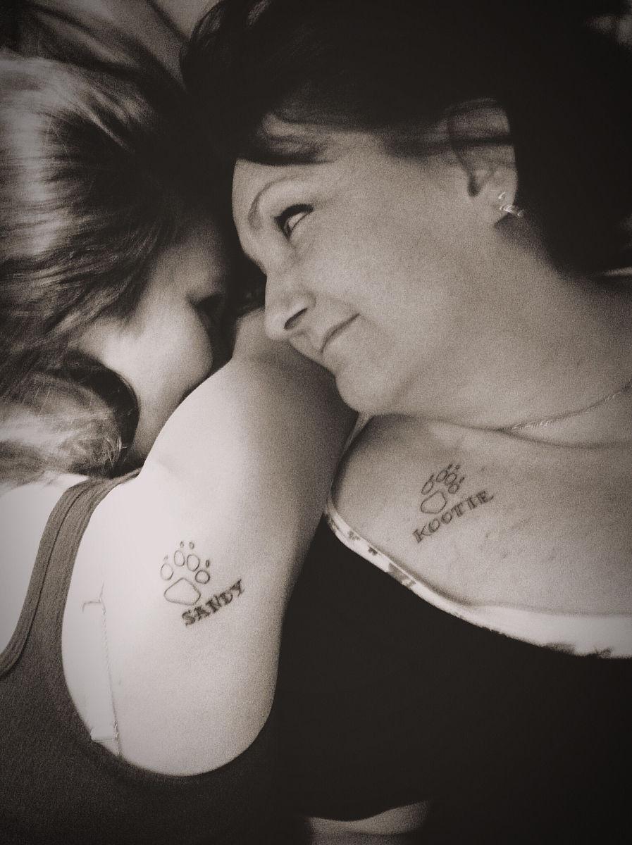 高角度微笑的母亲和女儿纹身图片