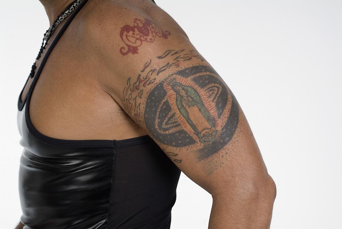 有纹身的男子手臂图片