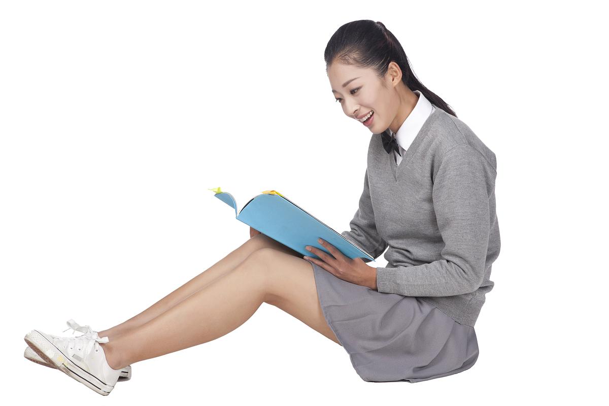 坐的_一个坐在地看书的女学生