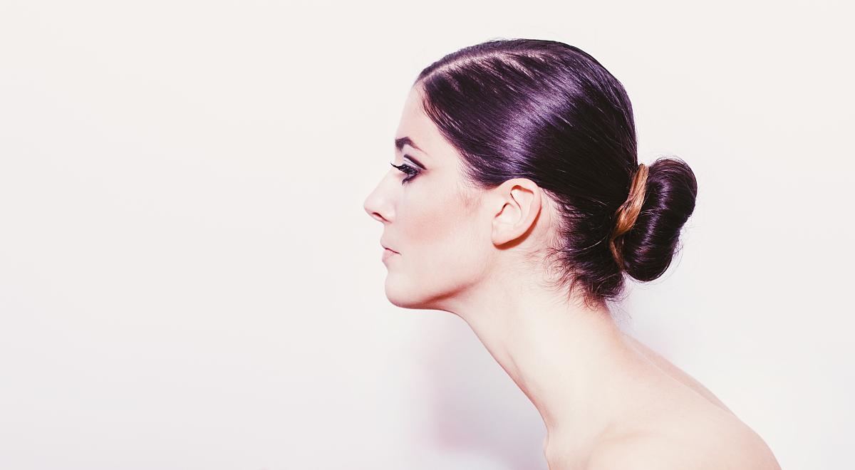 真实的人,和蔼之人,空的,一个人,女性特质,头发向后梳,脖子,女人,自然图片