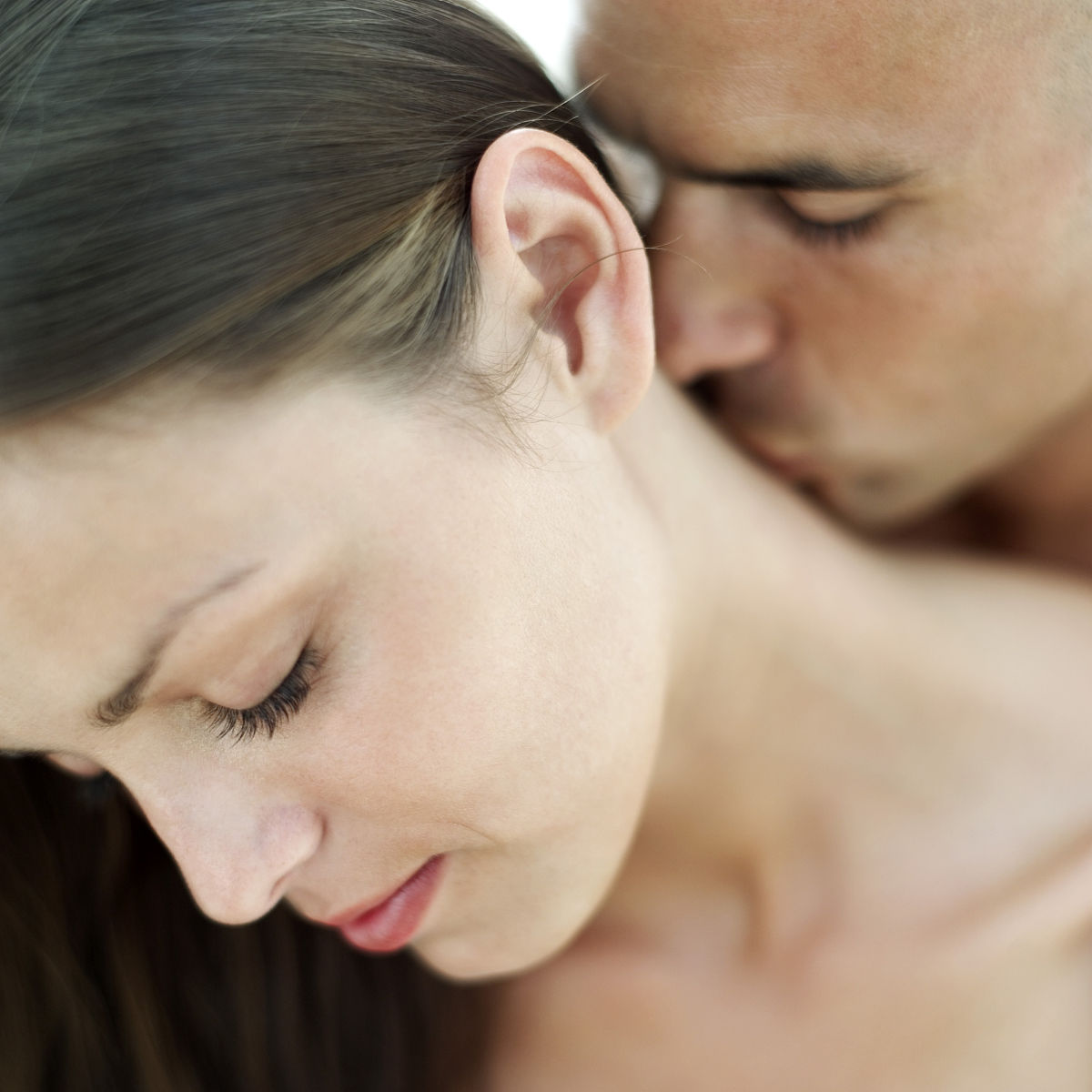 一个年轻人亲吻一个女人的脖子图片