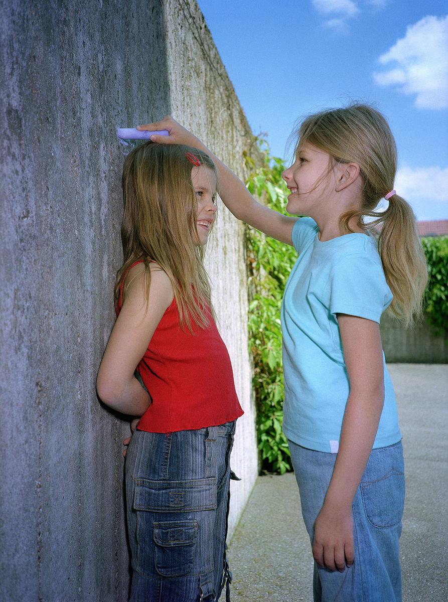 相伴,童年,友谊,生长,准确,比较,垂直画幅,摄影,彩色图片,头发长度图片