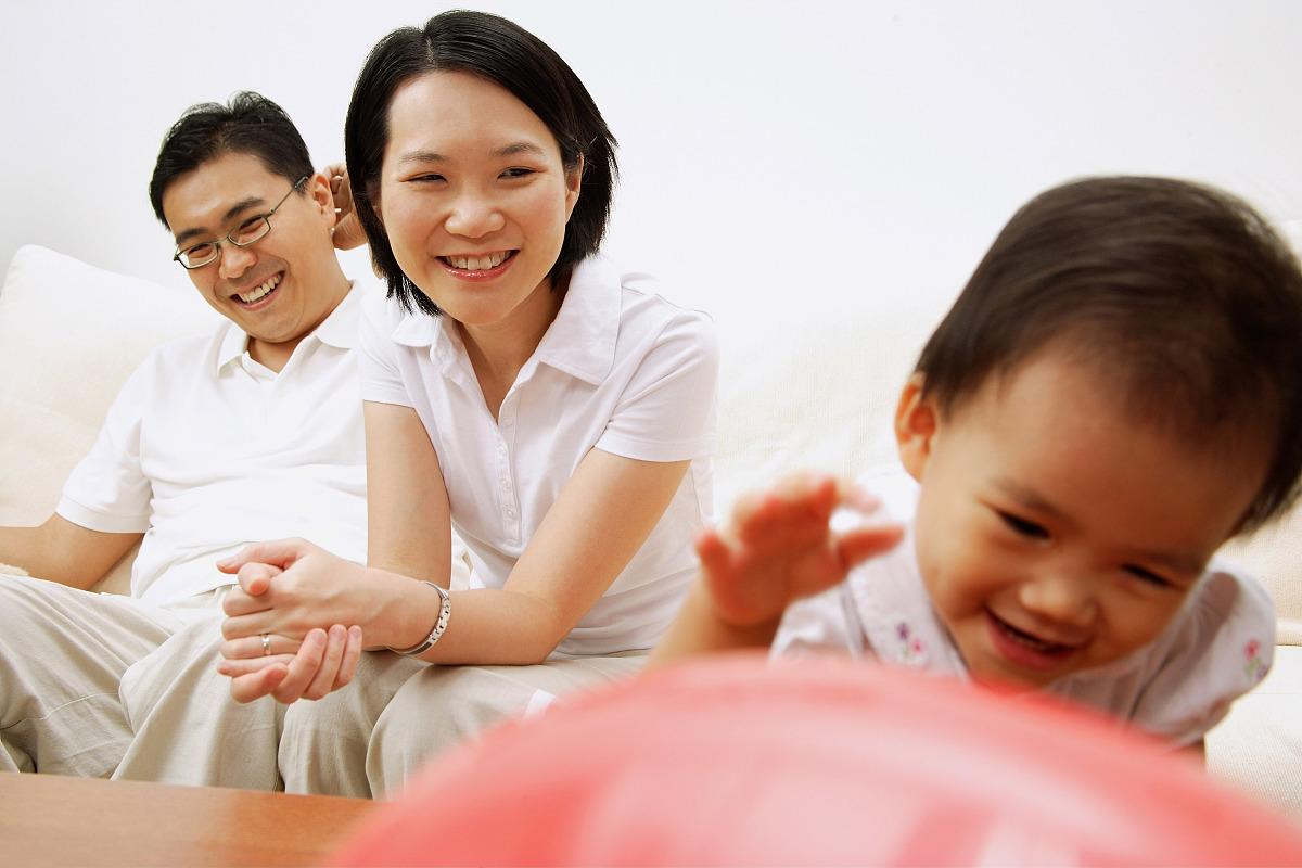 赵奕欢的爸爸妈妈_家里有一个孩子,爸爸妈妈看着女儿