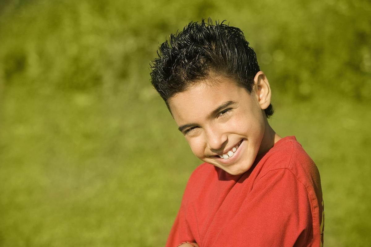 肖像,彩色图片,注视镜头,特写,侧面视角,户外,儿童,青春期前儿童,发型图片