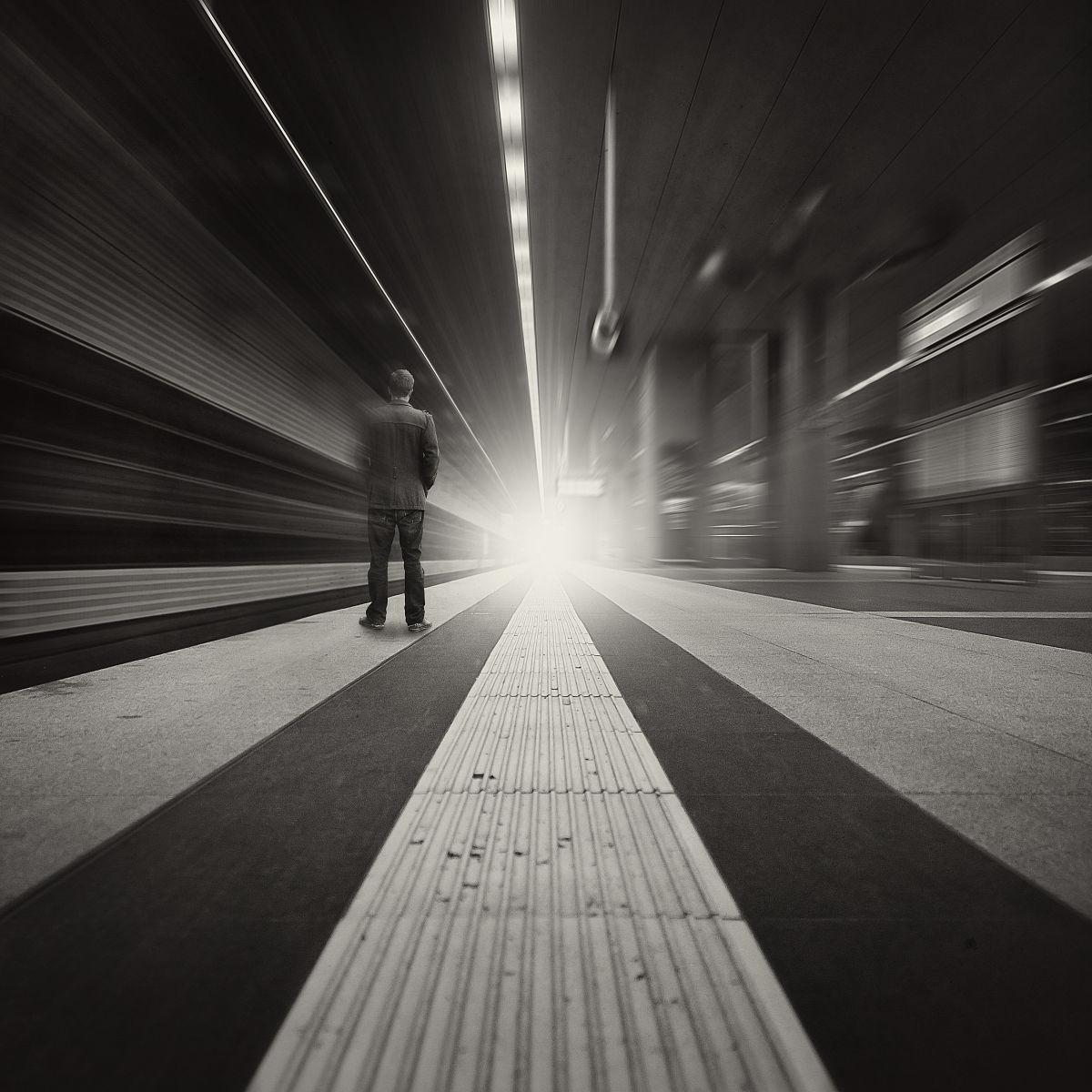 男子在地铁站,柏林,德国图片