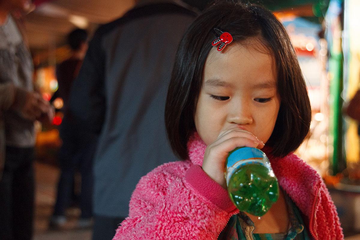 小女孩喝图片