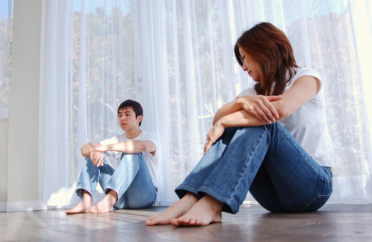 坐的_坐在地板上的一对年轻夫妇