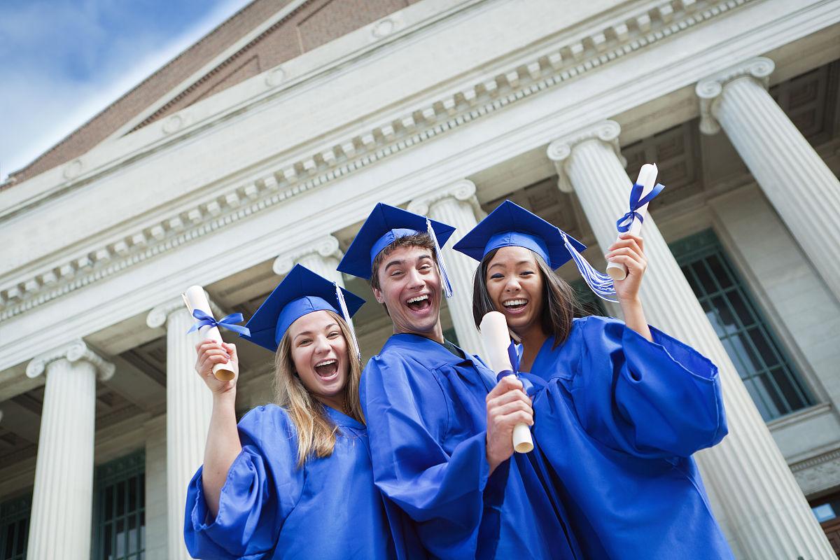 快乐兴奋高中学生庆祝毕业赫兹图片