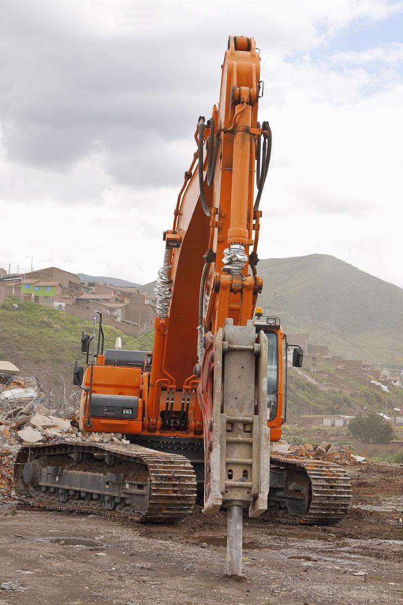 靠近一个履带式挖掘机安装液压破碎锤前视图显示凿或工具头,cusco