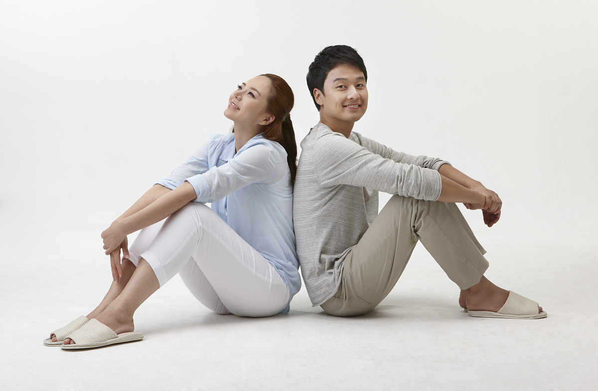 坐的_夫妇在20多岁坐在地板上的背靠背