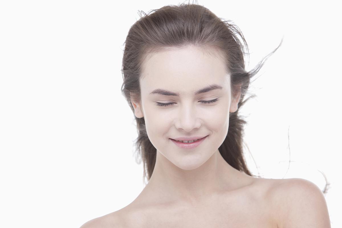 风吹头发的女人图片