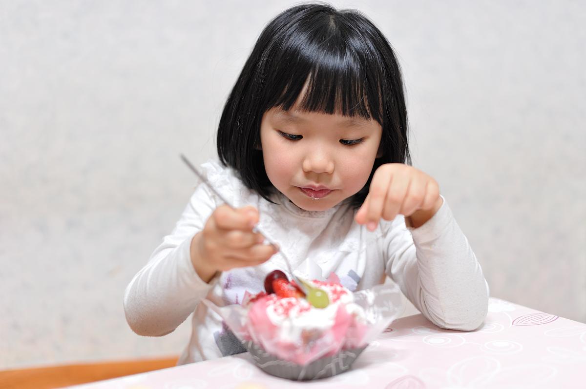 小孩吃�9���Y_小孩吃生日蛋糕
