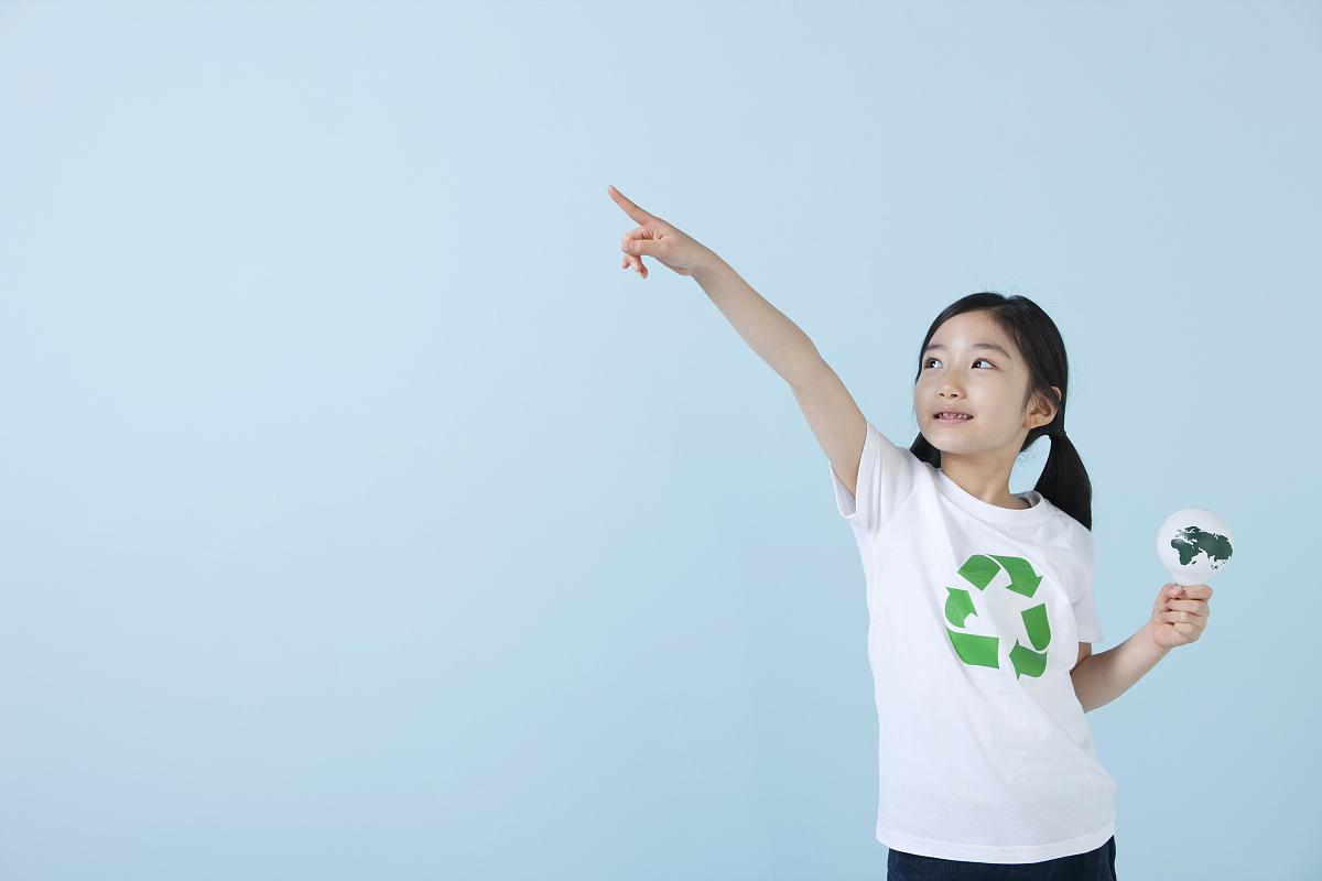 一个穿着带球形灯泡的回收衬衫的女孩图片