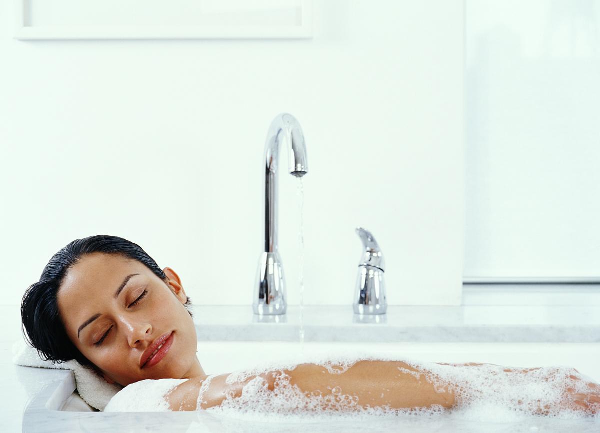 闭上�9�/9/h9�9��o^�_年轻女子躺在浴缸里闭眼闭上