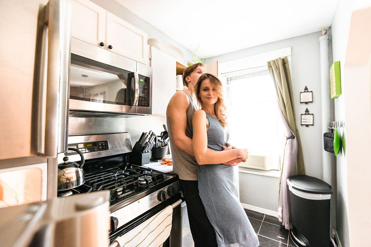 夫妇在厨房拥抱图片