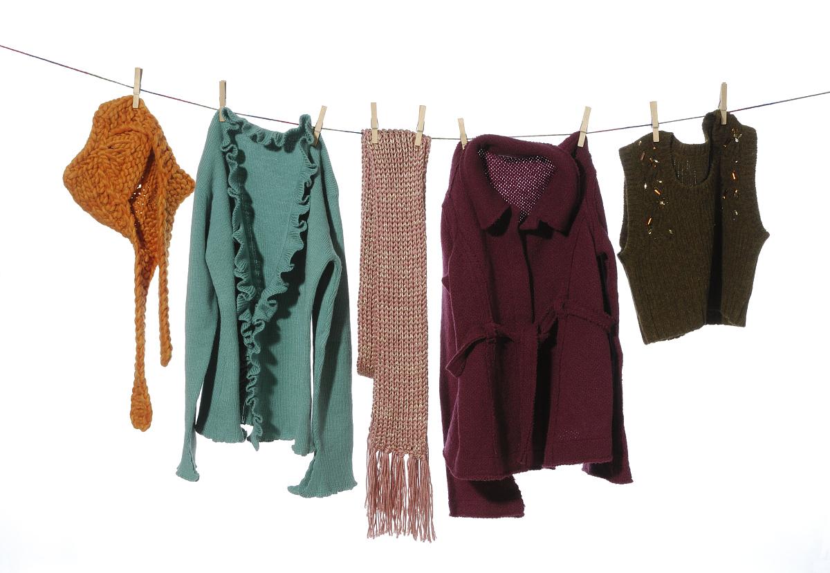 衣_衣服挂在晾衣绳上
