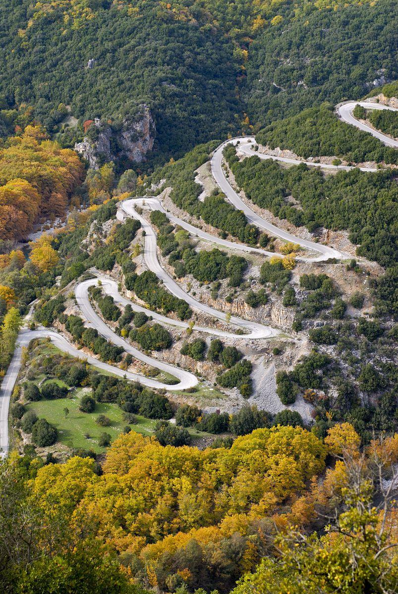 �yoh���zd���!�+��a�za��(j_蜿蜒的道路在zagorohroia山,希腊,欧洲