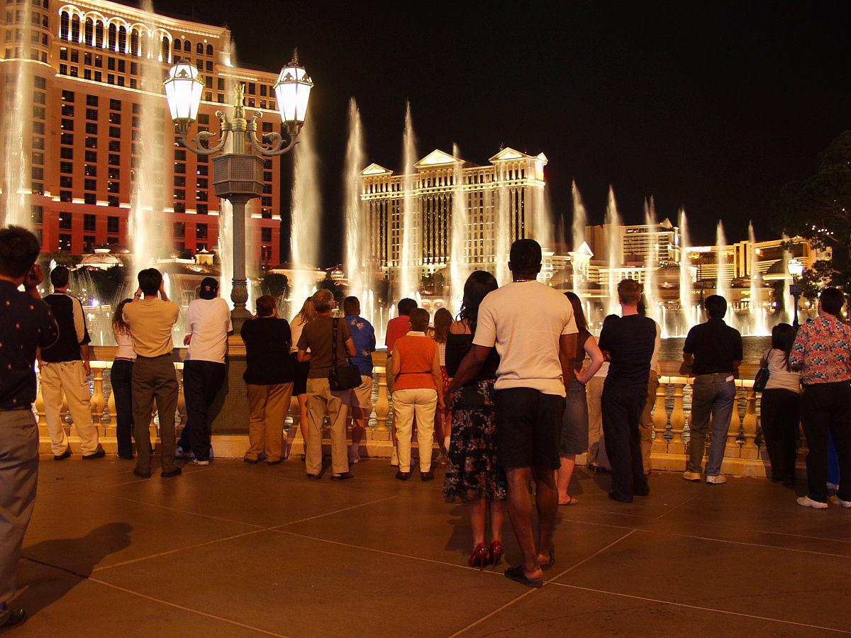 成年人午夜免费电影_拉斯维加斯,酒店,照明设备,路灯,流水,全身像,人,女性,成年人,仅成年