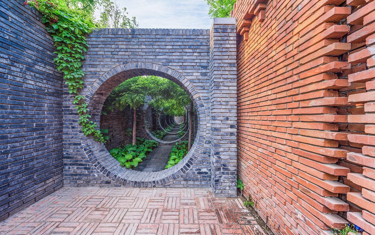insidetheredbrickartmuseum红砖美术馆新中式风格设计的园林走廊图片