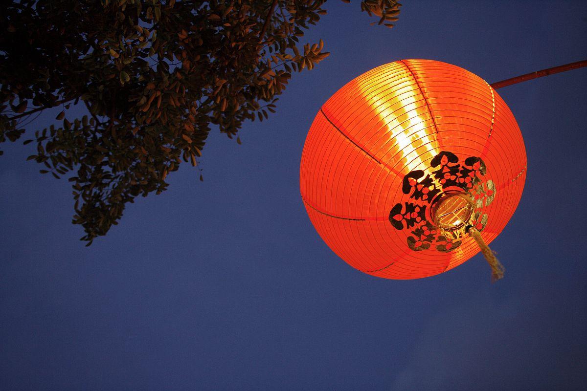 中国�9an:/n�g>K�_低角度看中国灯笼挂在天空